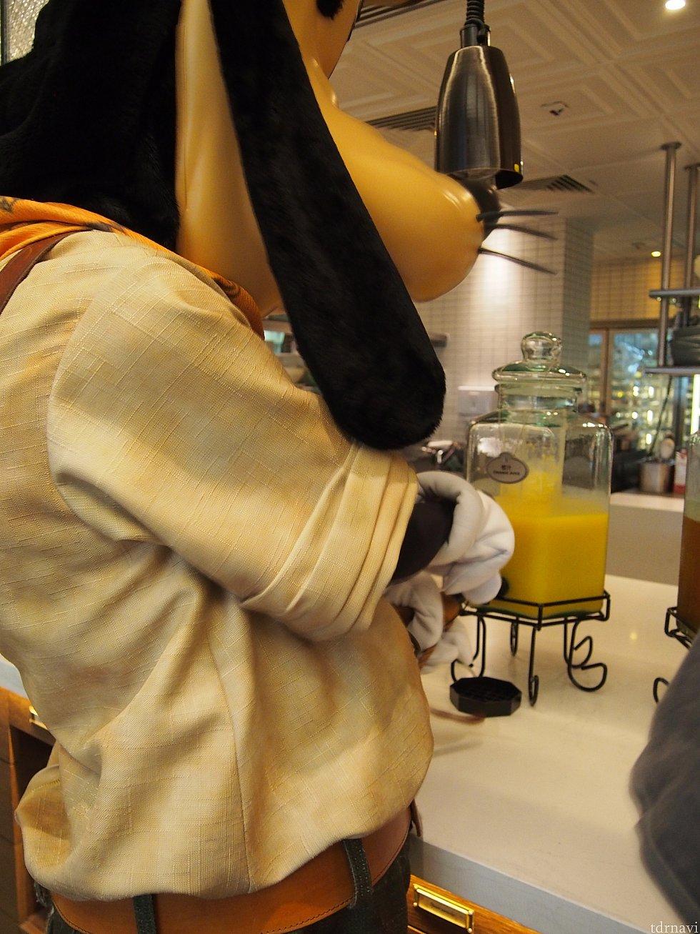 オレンジジュース補充。