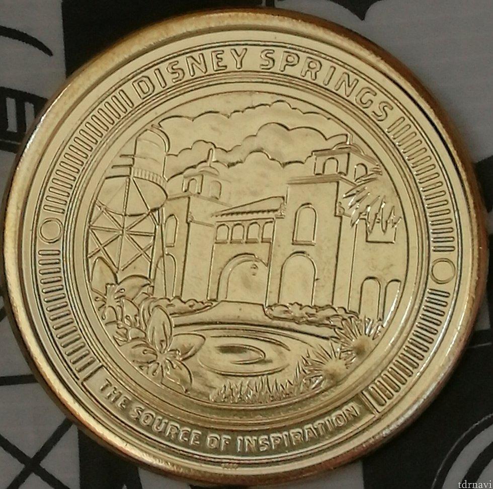アート・オブ・ディズニーで購入できるメダルです。大きさは約4cm、厚さ約2mmです。4種類デザインがあります。価格は3枚で10💲。1枚ずつでも購入できますが割高です。片面は共通でディズニースプリングスのロゴになっています。