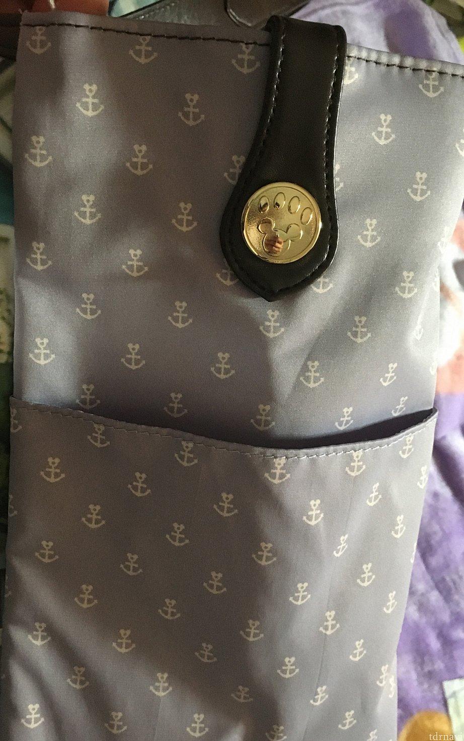 トートのサイドにはポケットあり。ペットボトル入れても大丈夫! これは便利。 サイド飾りのボタンも可愛い