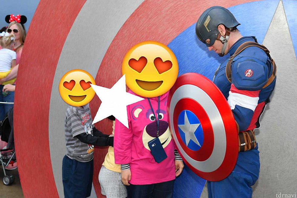 キャプテンアメリカは、盾の中でサインを書いてます!