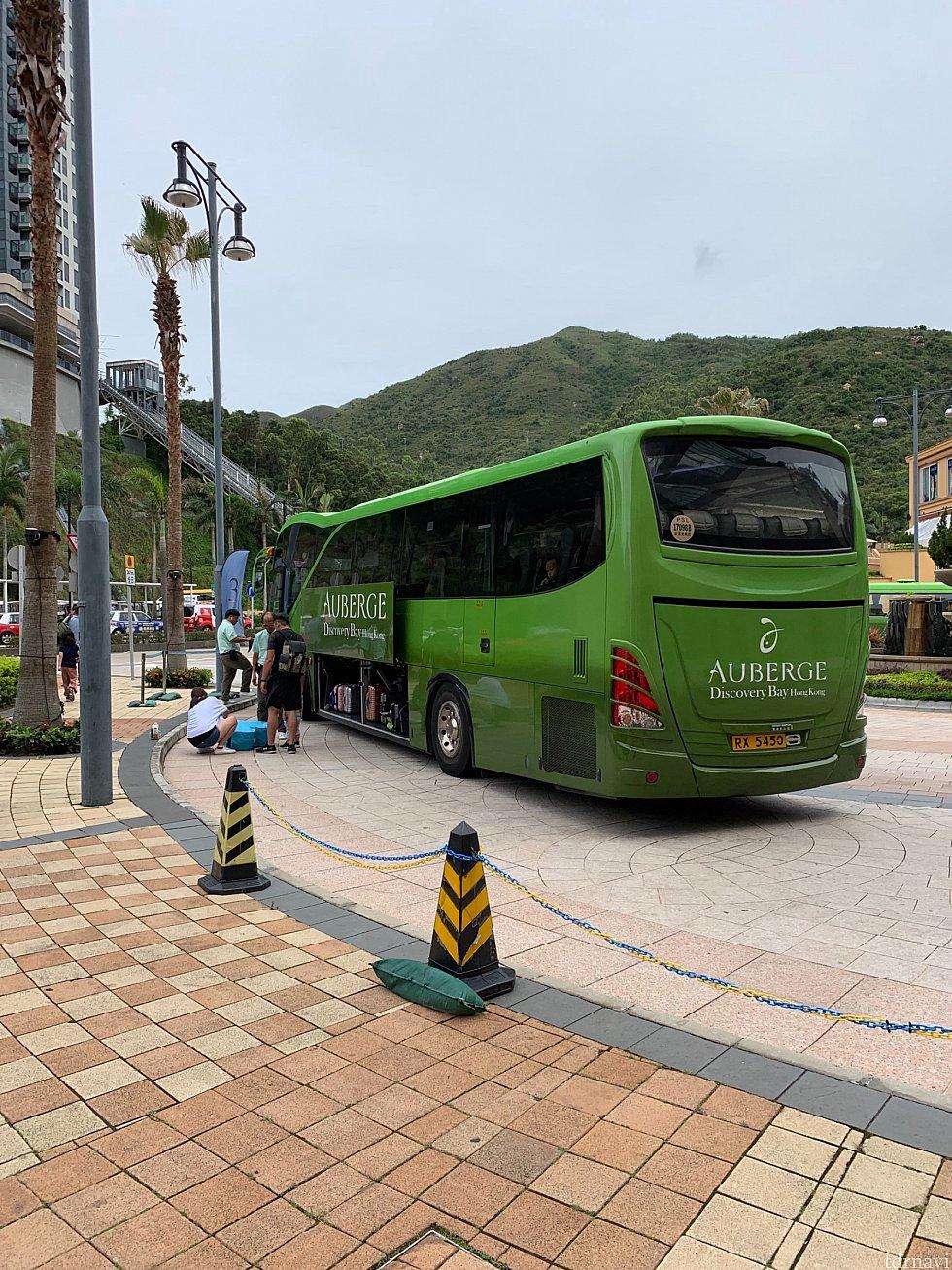 ちょうどパークへ行くバスがエントランスに停まってました。¥