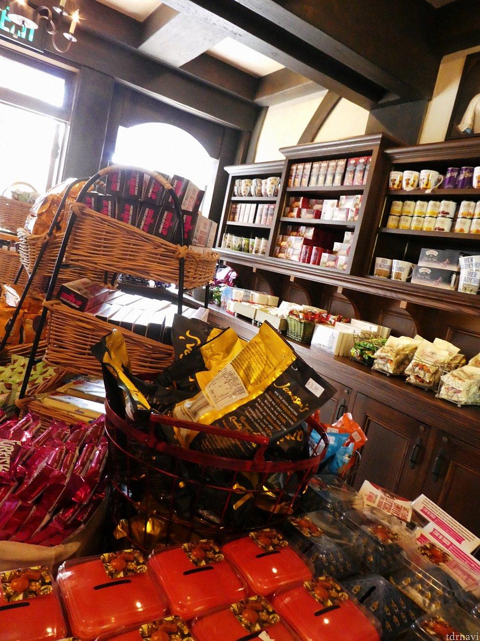 スイーツのお店ではイギリス直輸入のクッキーやキャンディーがたくさんありました。