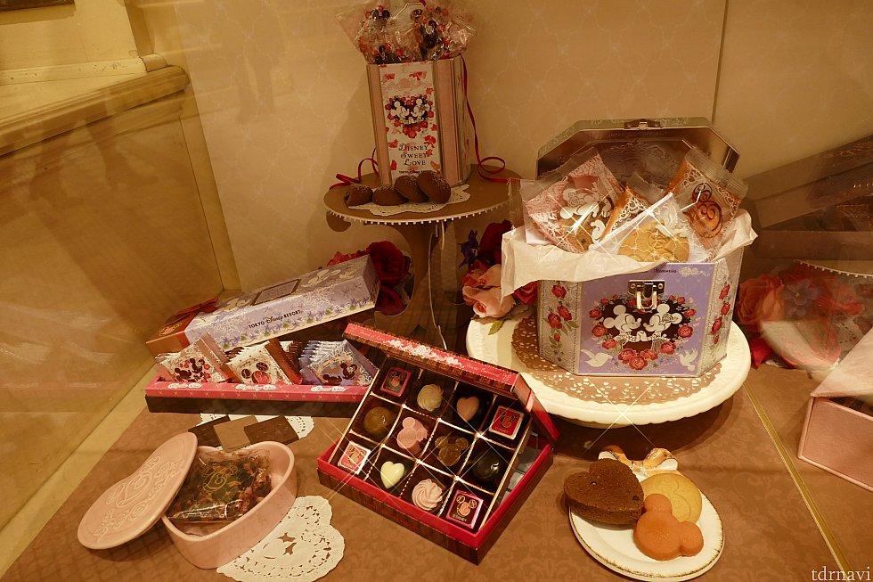 """""""ディズニー・スウィート・ラブ""""コレクションのショーケース! こちらは比較的お安く購入出来るチョコレートたち! 左下のフレーバーティーはローズと白ぶどう! 陶器の入れ物に入って1600円です!"""