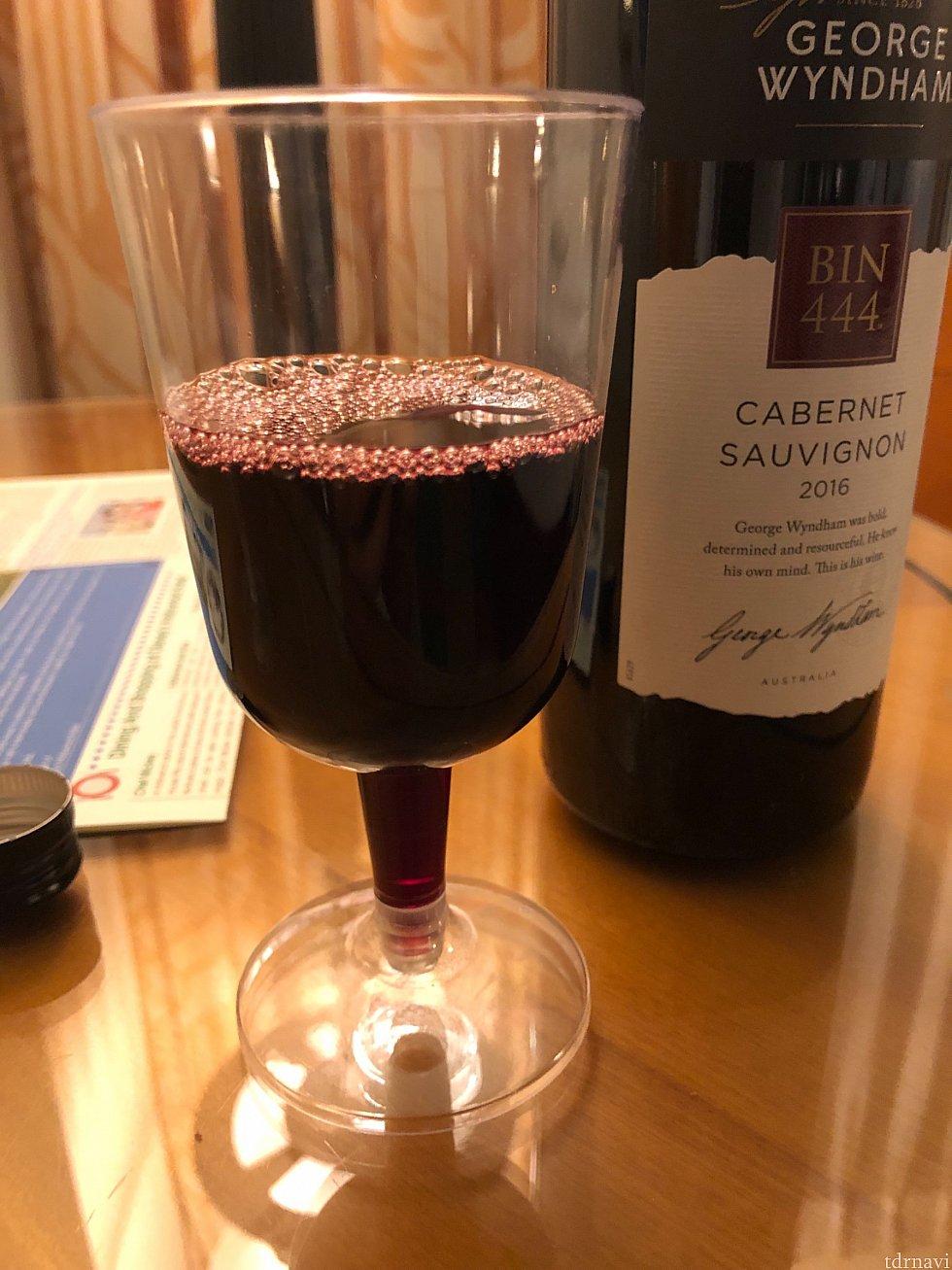 ワイングラスは部屋まで持ってきてくれましたがプラスチック製。しかも、まさかの高足の部分にまでワインが入るという斬新さ。