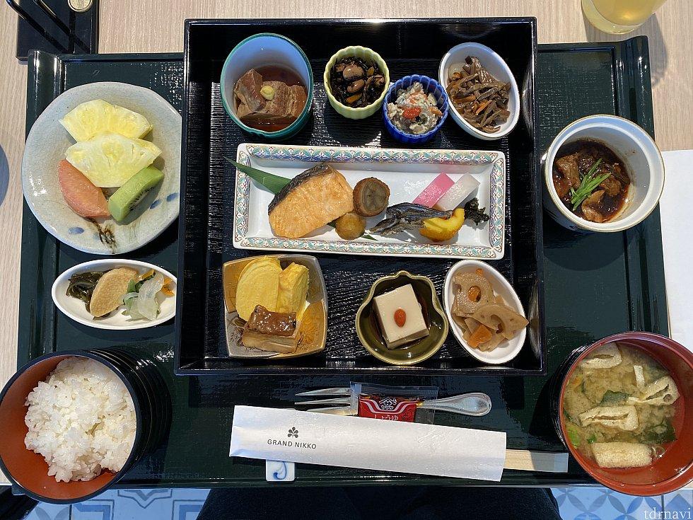 和朝食。おかずがたくさんあって嬉しい。どれでもおかわりできるって凄い。