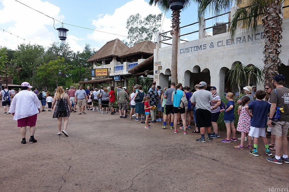 ファストパスプラスの待ち列。開場10分前には長蛇の列。