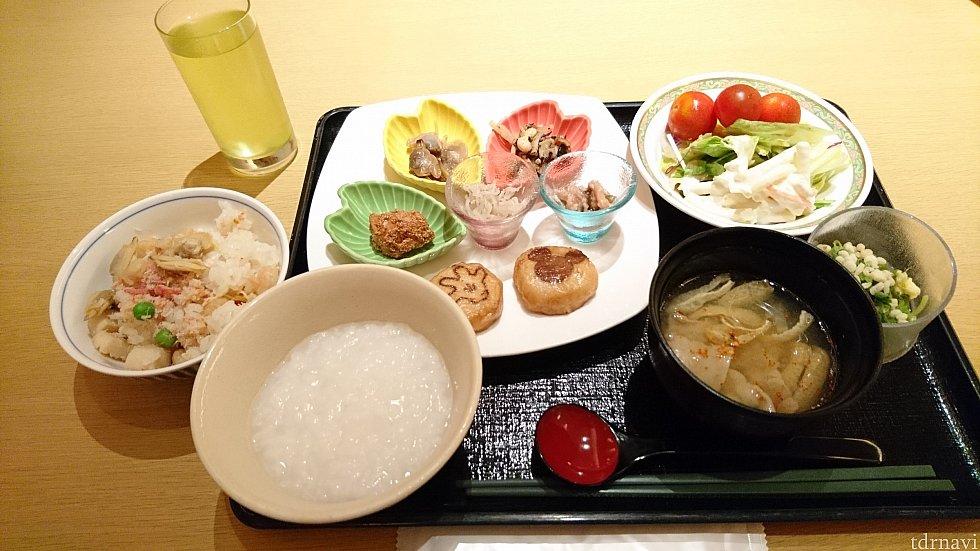 ひととおり取ってみました♪ 左橋にはちらし寿司!!! 手前はオーダー制のお粥です。
