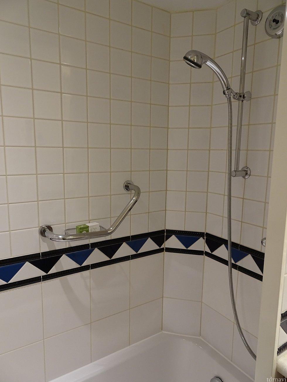 シャワーとバスタブです。 浅いですがお湯を溜めて入れました。