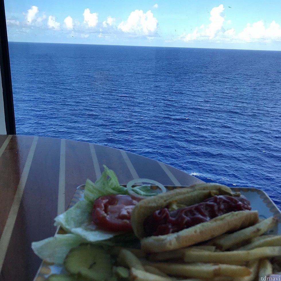 デッキ11から海を眺めつつゆっくり食事ができます。
