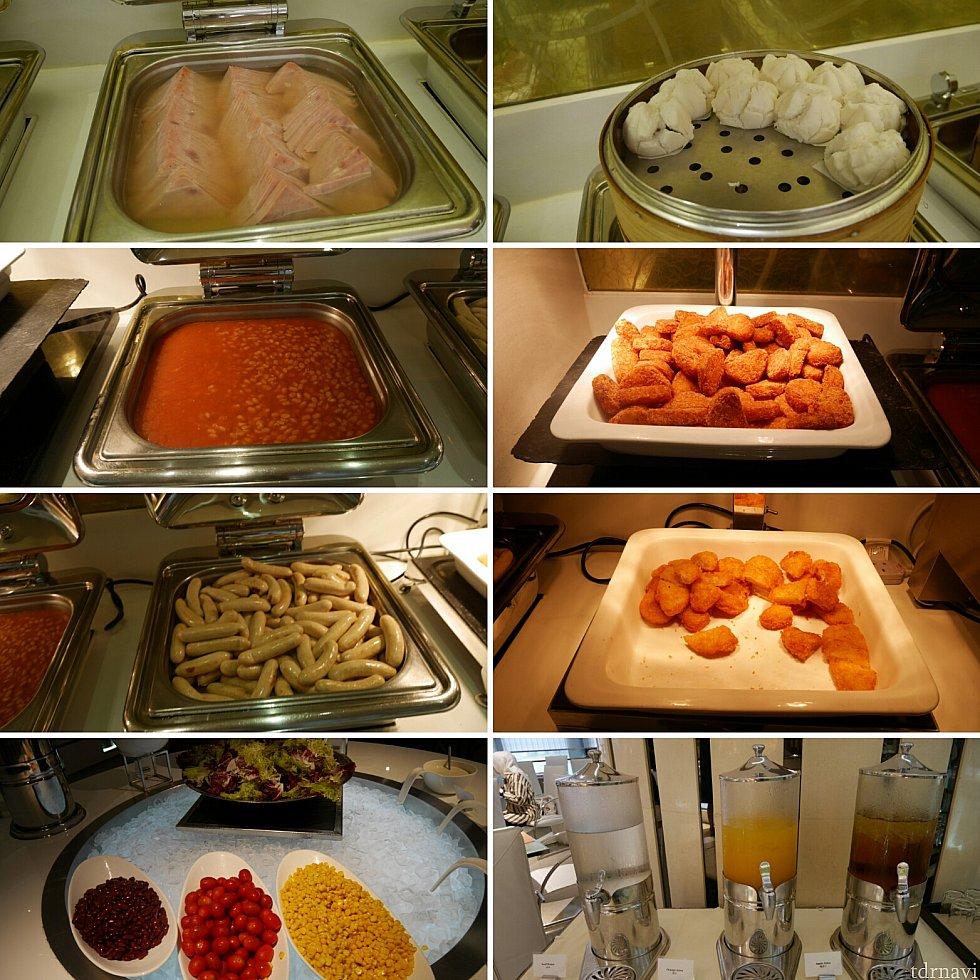 【朝食ブッフェ】サラダ、ゆでハム、ソーセージ、ハッシュポテト、フィッシュフライなど。ジュースやコーヒー紅茶がありました