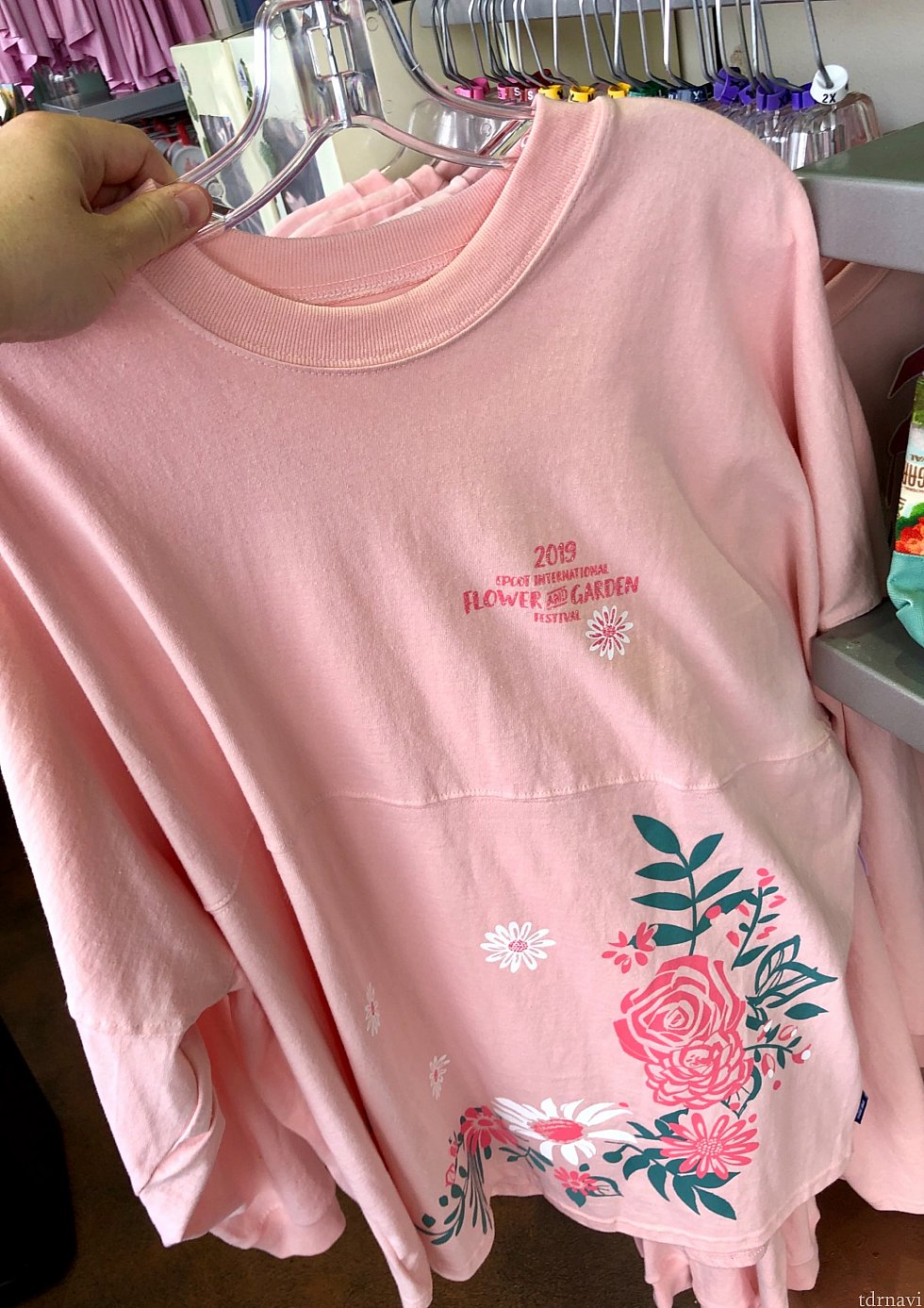 フラワー柄のシャツは$64.99。