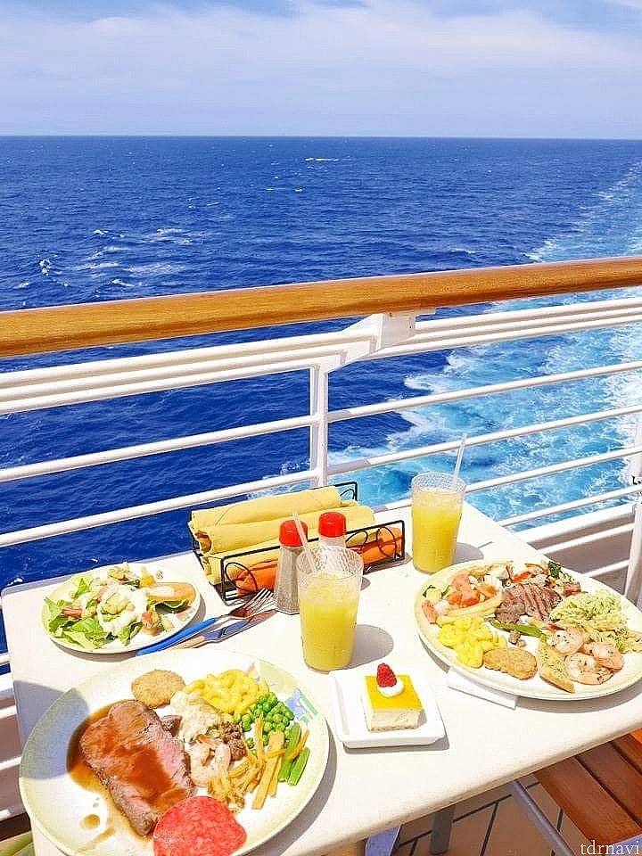 真っ青な海と食事♪