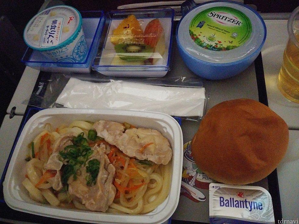 往路の機内食(ヌードル)