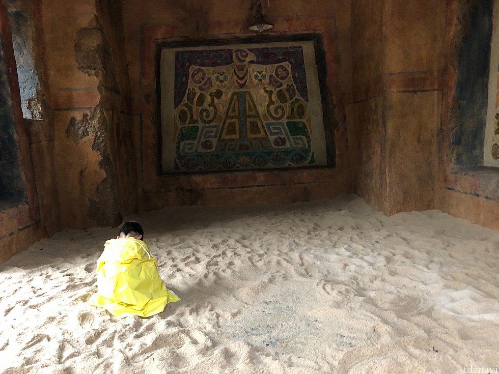 小さな探検家も、もくもくとなにかを発掘していました。