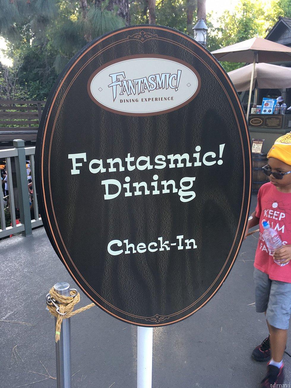 こちらのボードが立っているレーンに並んで支払います。 (2018年6月7日の時点ではレストランの入口入ってすぐ左でした)