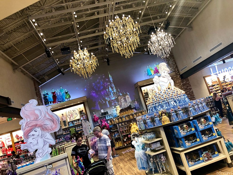 テーマ性が薄れてレンガ作りのインテリアになった分、店内の何箇所かにディズニーマジックが。大きなスクリーンとなった壁には、シンデレラ城とプリンセス達の映像が。