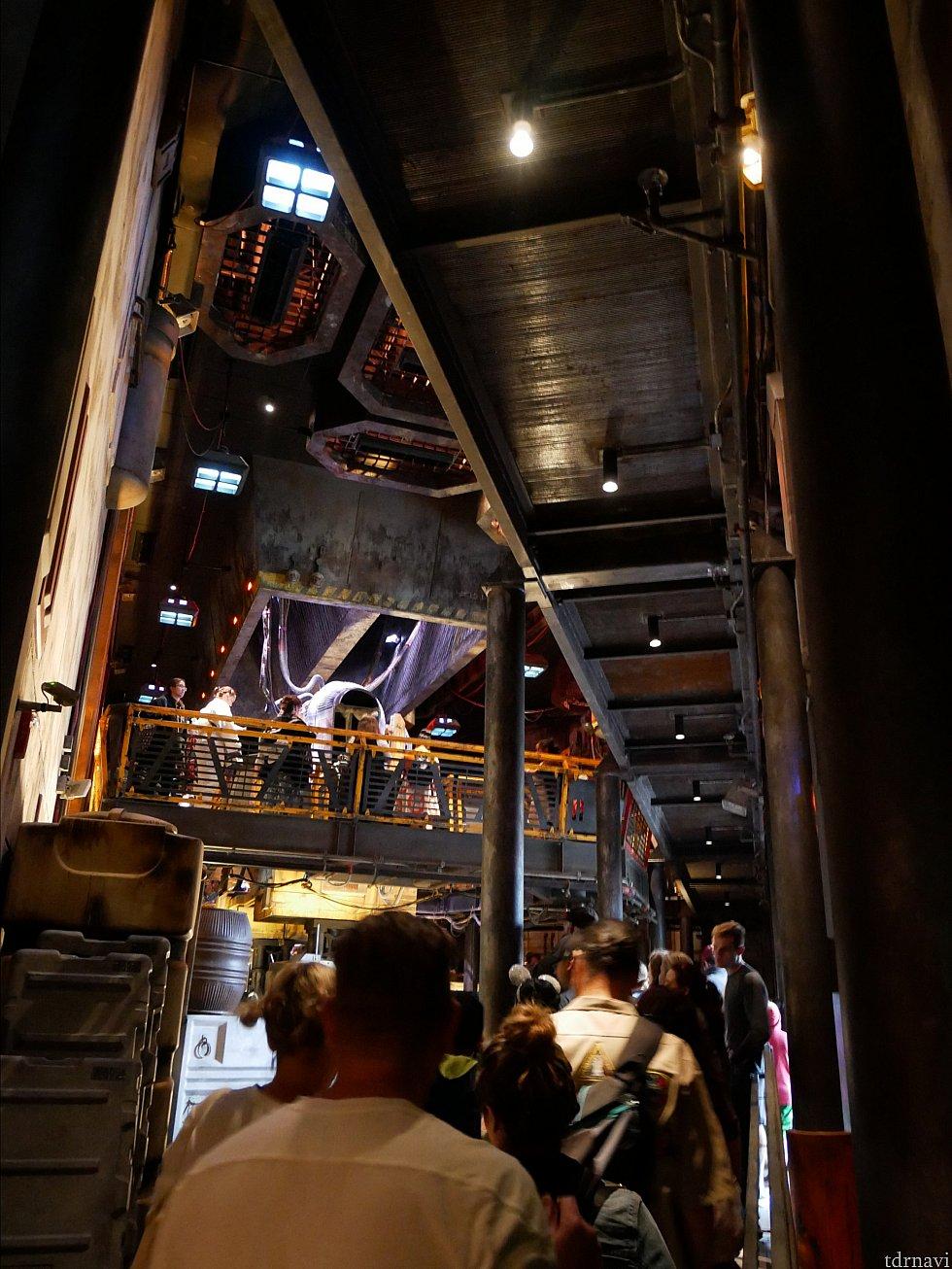 室内はスターツアーズの待ち列のように、少しずつ登っていくタイプです。