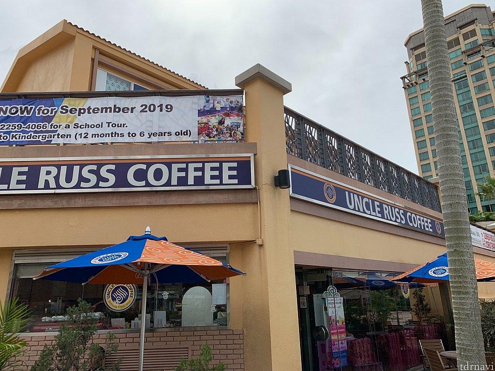 近くのプラザにはおしゃれなカフェもあります。