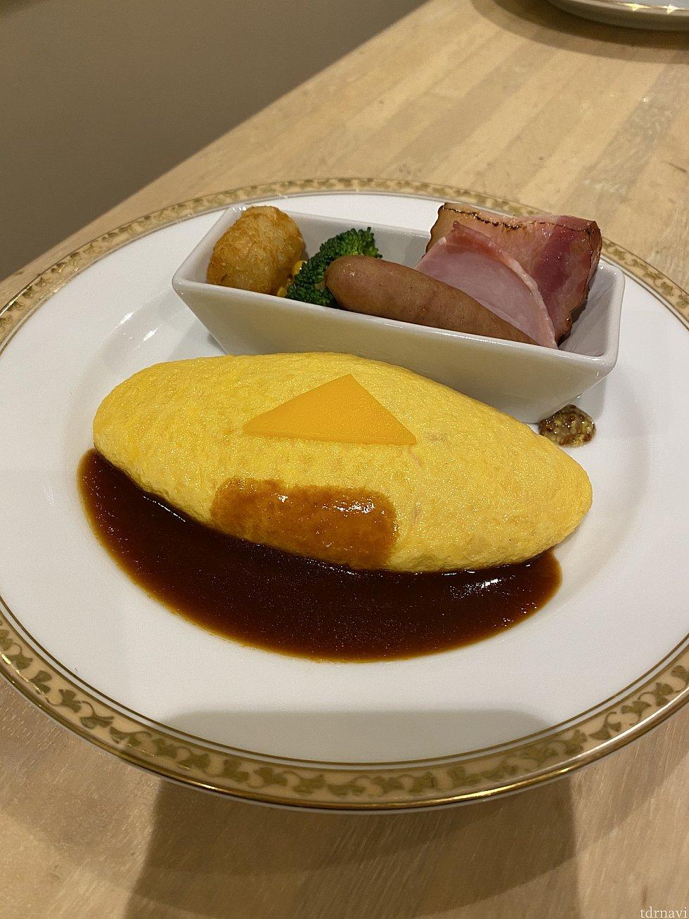 選べる卵料理。こちらはチーズオムレツ。デミグラスソースにしていただきました。
