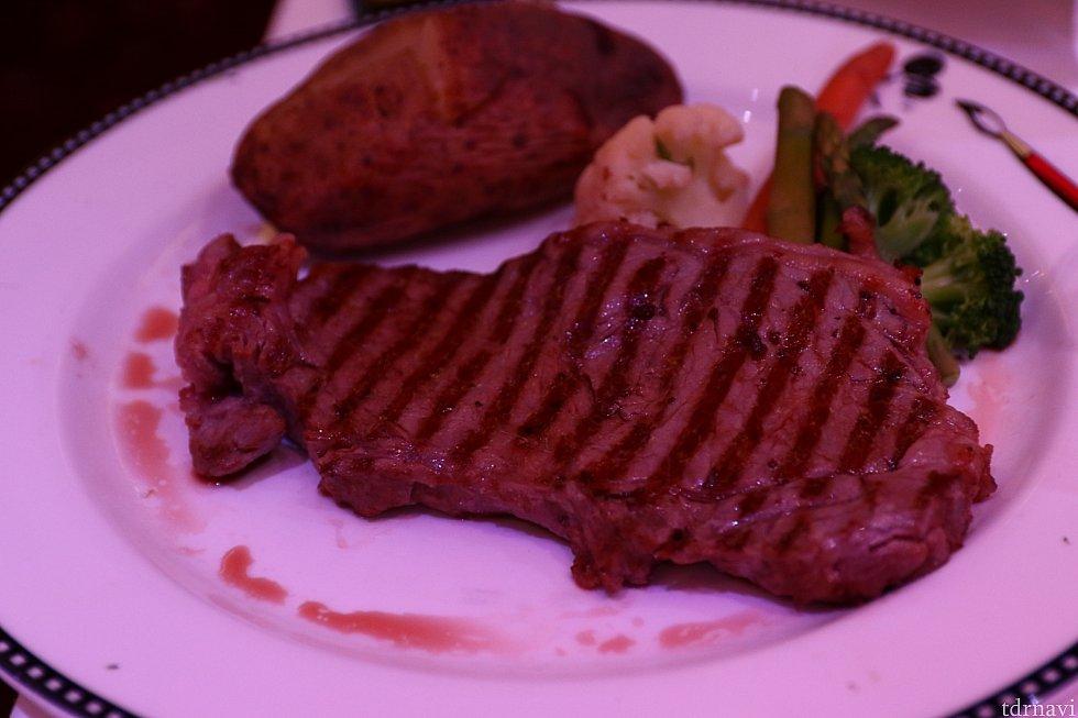 ステーキ。お肉も柔らかく美味しいです。