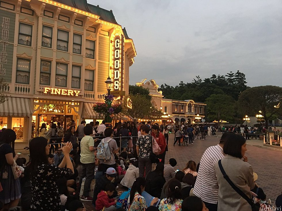 この日のショーは19:15スタート。30分前にはミッキーのフロートが現れる最前列には人が集まって来ています。