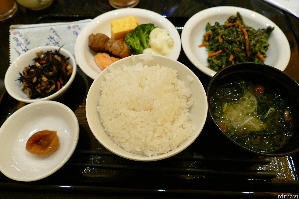 朝ご飯は絶対和食。 米大好き人間(朝から3杯とか食べる)なので キャラクター達と写真を撮った後ゆっくりとお食事できました!