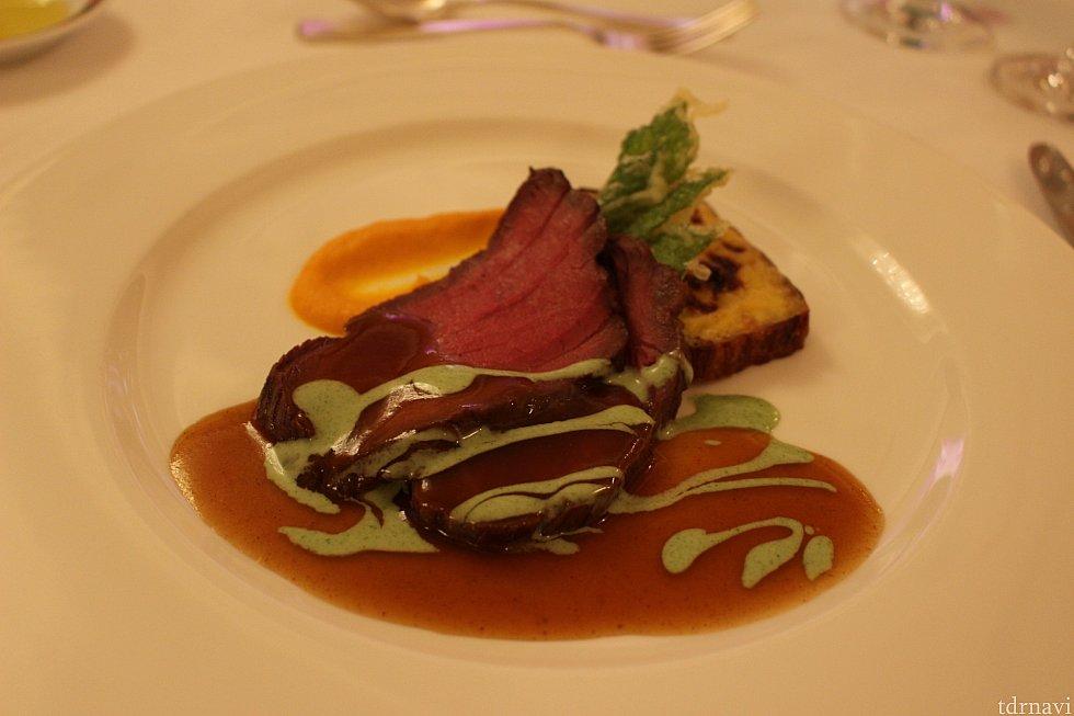 牛ランプ肉のロースト 季節の野菜のグラタンと山葵風味のグレイヴィソース山葵が食べられないので、グリーンピースソースで対応して頂きました!笑