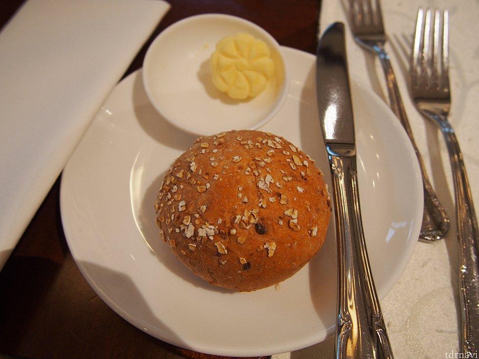 パン!バター付です。ハンバーガーにこれって、パンばっかり!というのは、飲み込みます。