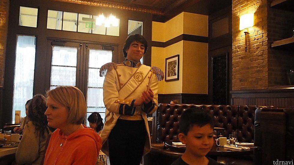 エリック王子はニコニコして小さなプリンセスたちと手を繋いで誘導したり手拍子しながら回っていました。