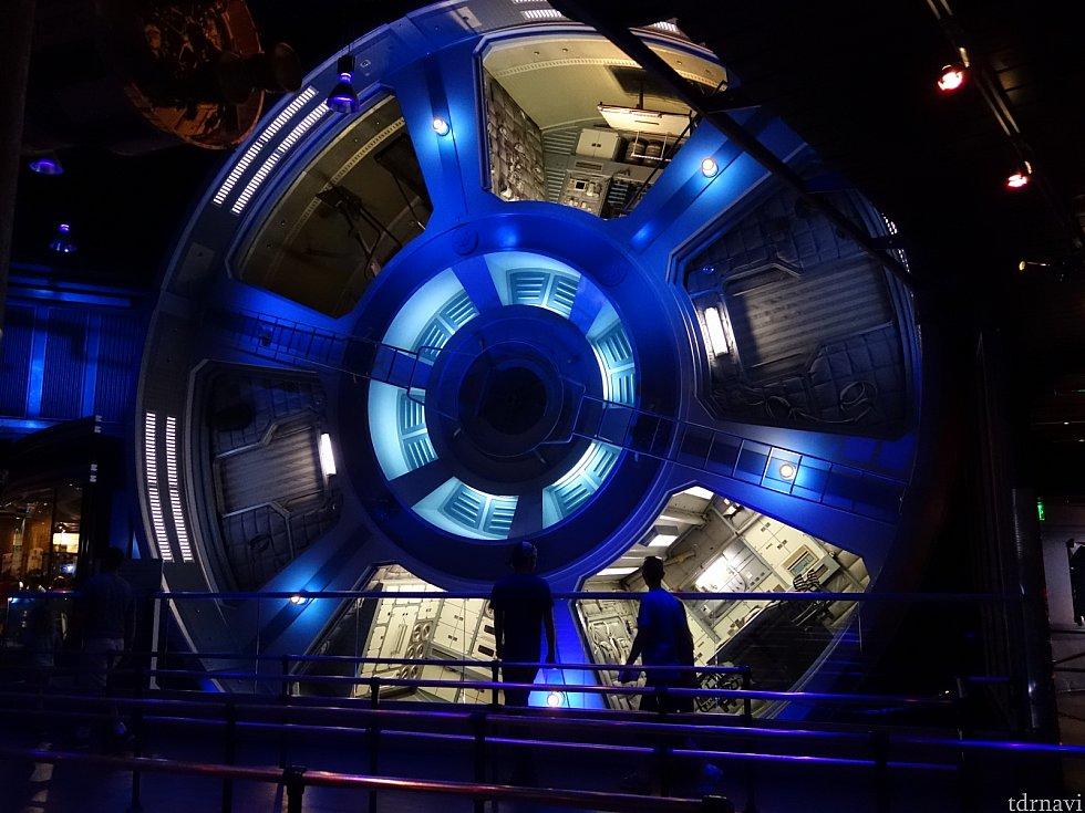 巨大な宇宙ステーションが