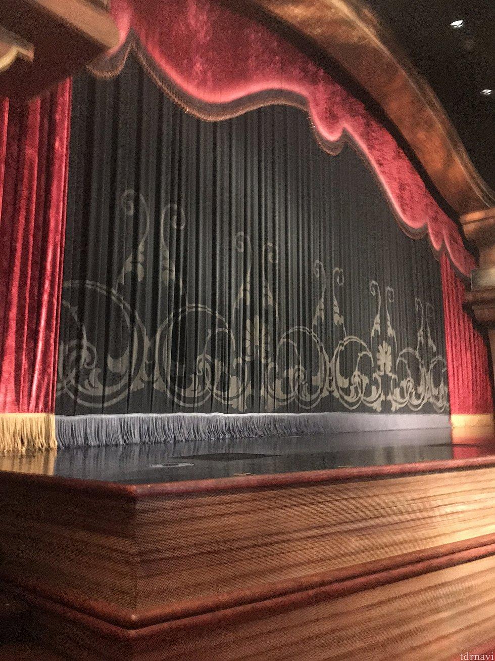 ステージ向かって左側最前列からの見え方です。