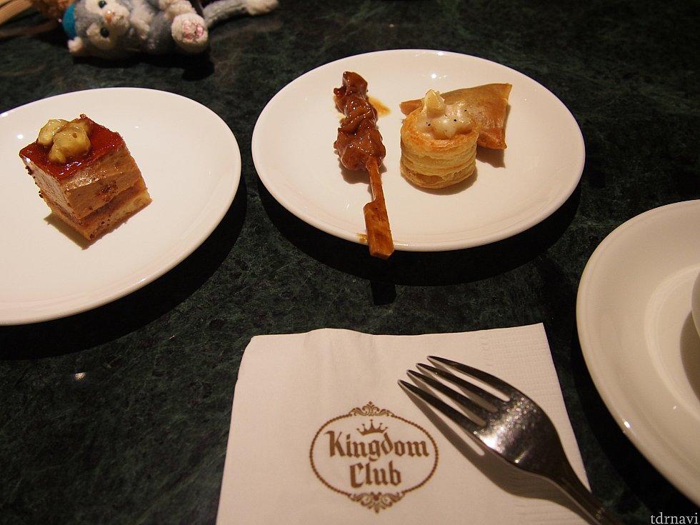 夜軽食。キャラメルムースのケーキとクラムチャウダーのようなものが乗った小さなパイ。やきとりもつい取ってしまいます。 紙ナプキンのロゴがカッコイイ。