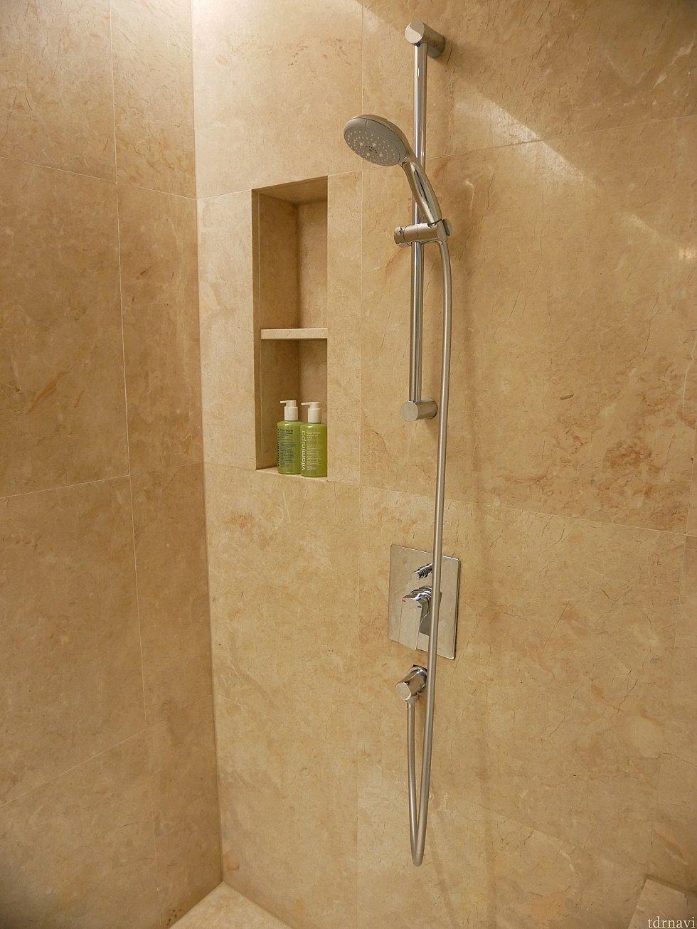 隣にはシャワー室があります。シャンプーやボディーソープは備え付けのものです。シャワーが少し弱いのが残念。