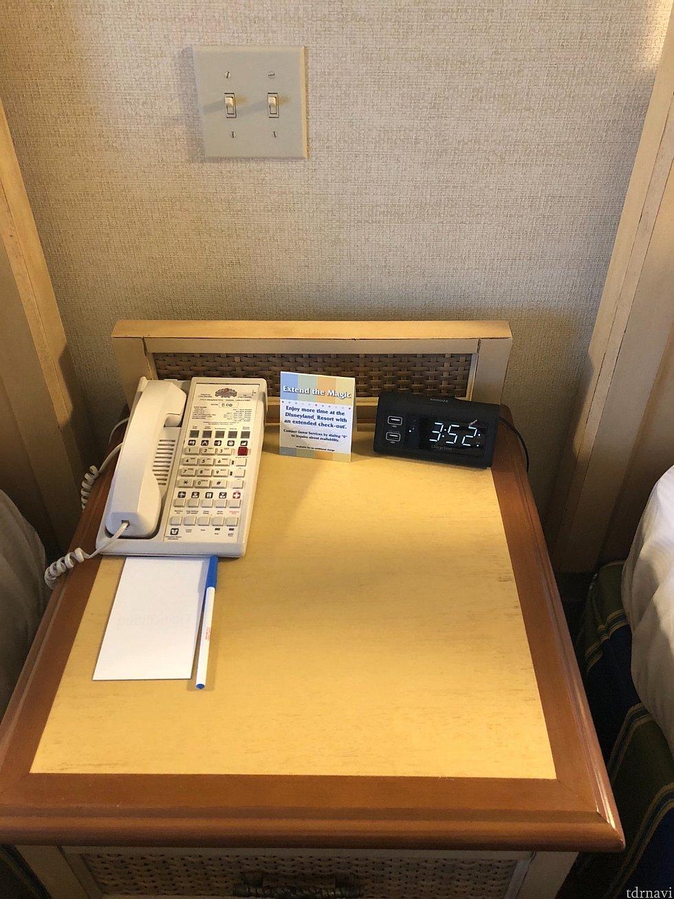 枕元の時計にはUSBで充電可能な時計が! これ便利です