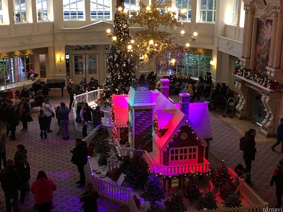 ディズニーランドホテル階段上からロビーを。コンシェルジュは写真左側になります(パークは手前側)
