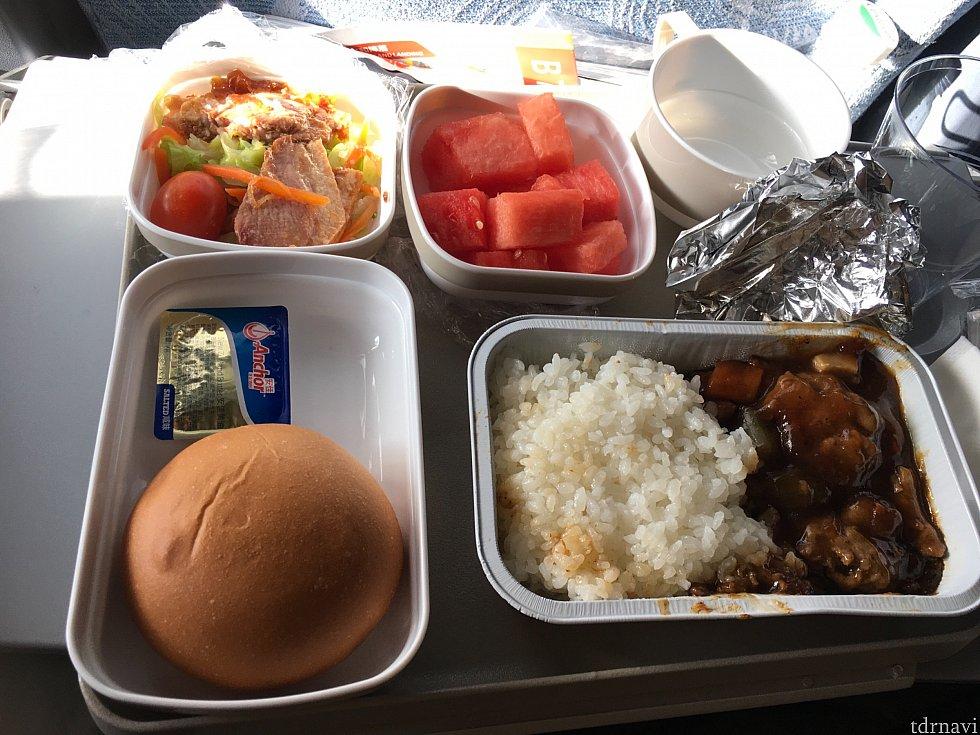 北京→パリの1食目、パンは焼きたてのものを積んでいるようで、機内にはいい匂いが!