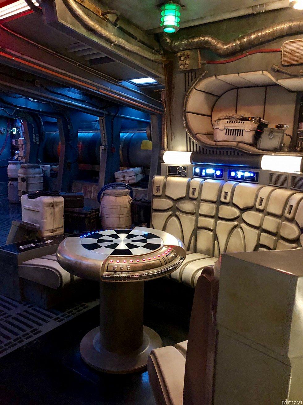 あーーーーー!見た事あるー!このソファーとゲーム盤は何度か映画内で登場しているファルコン内の部屋。ここで一旦ゲストが集められます。みんな順番に並んでここで撮影大会が始まります。写真撮りたいですよね〜。
