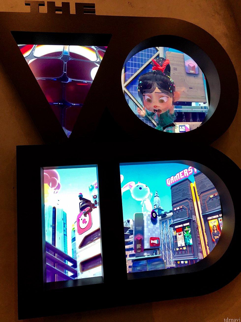 ロビーのスクリーンで、シュガーラッシュVRの映像がちょっとだけ見ることが出来ます。プレイヤーの背の高さがVRの中でも反映されていたのが、意外でした。VRの世界の中でとっても背が高い友達は以上に高く、背の高い友達はめっちゃ小さくなっていてみんなでウケました。