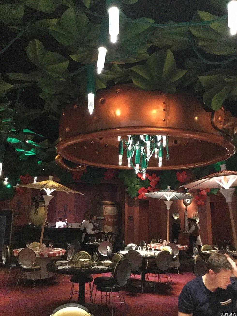 店内、カクテル用パラソルやツリーなどに使われる電飾が照明になっていて、ネズミサイズになった気分になれます