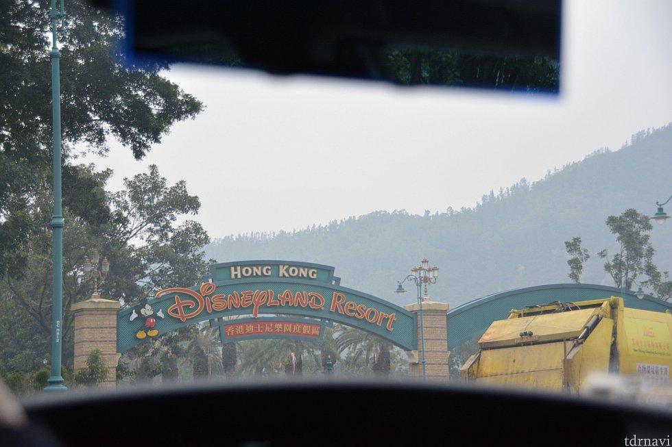 香港ディズニーランドが見えてきました! キャーキャーしてるとドライバーさんがゆっくりめに運転してくれました!!