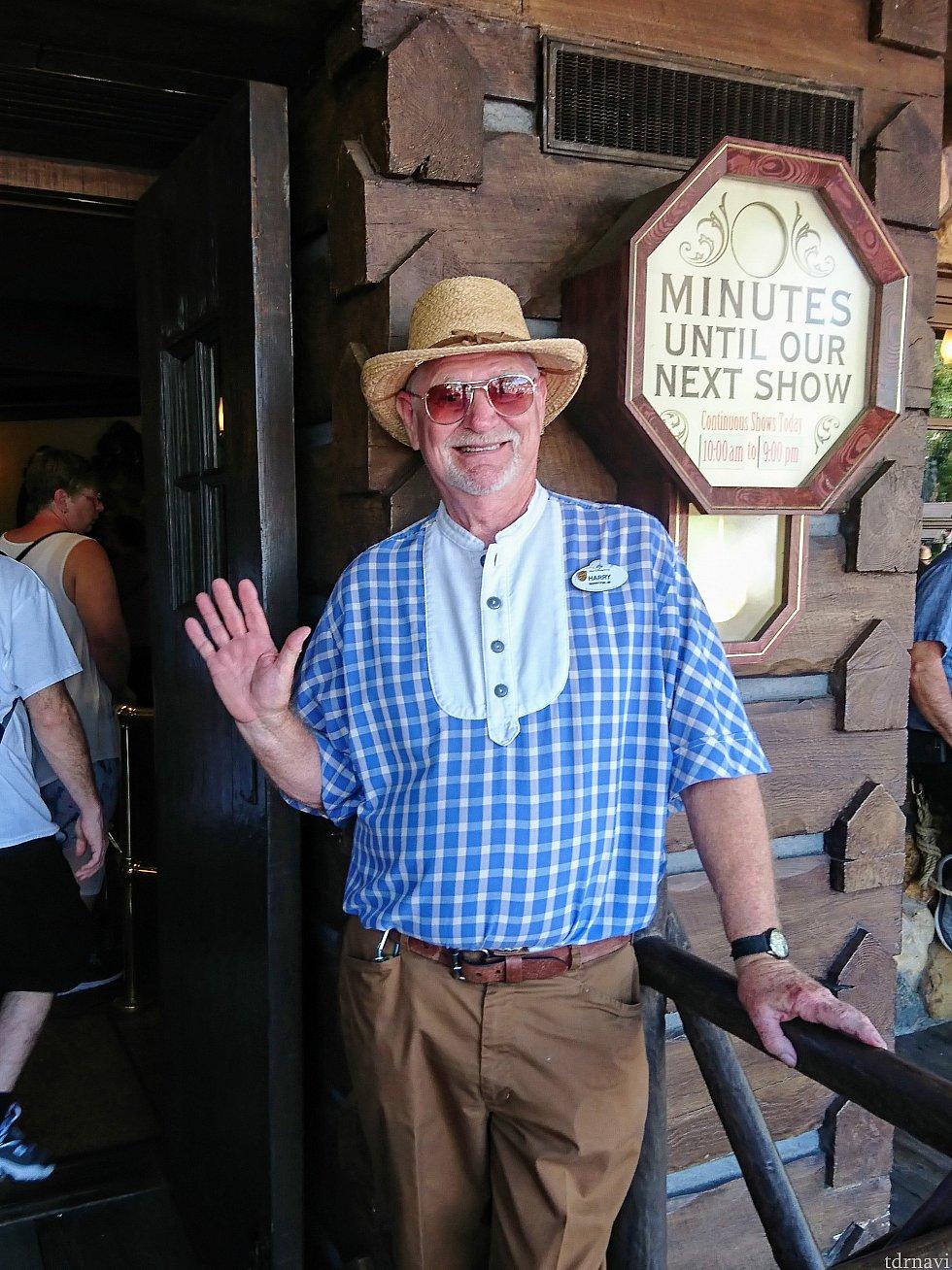 格好いいキャストさん!ブルーのチェックのシャツは、デティールも昔風で凝ってます。ハットも素敵!