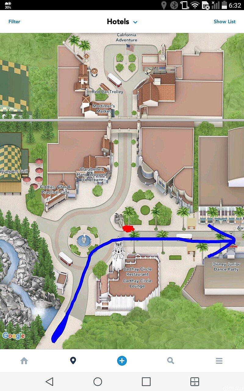 青がパレードルートです。 赤丸の辺りにベンチとゴミ箱があり、その後ろから観ました。
