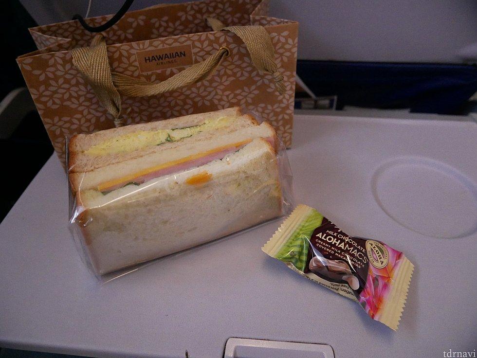 【復路】軽食はサンドイッチとマカデミアナッツでした。ホノルルクッキーが食べたかったのでショックでした。