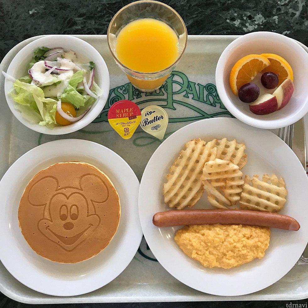 朝食メニューはこちら。個人的に丁度いい量と朝らしいメニューで高評価です。