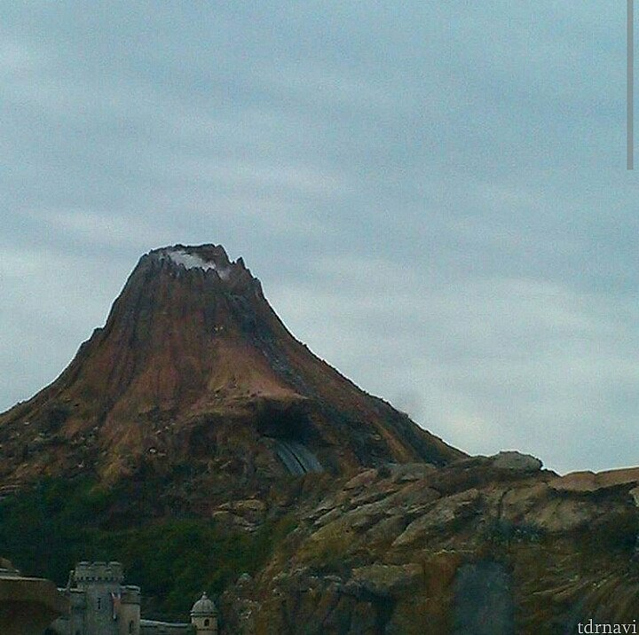パークは全く見えないのを覚悟してましたが、4階だったからなのか、プロメテウス火山は見えました(笑)