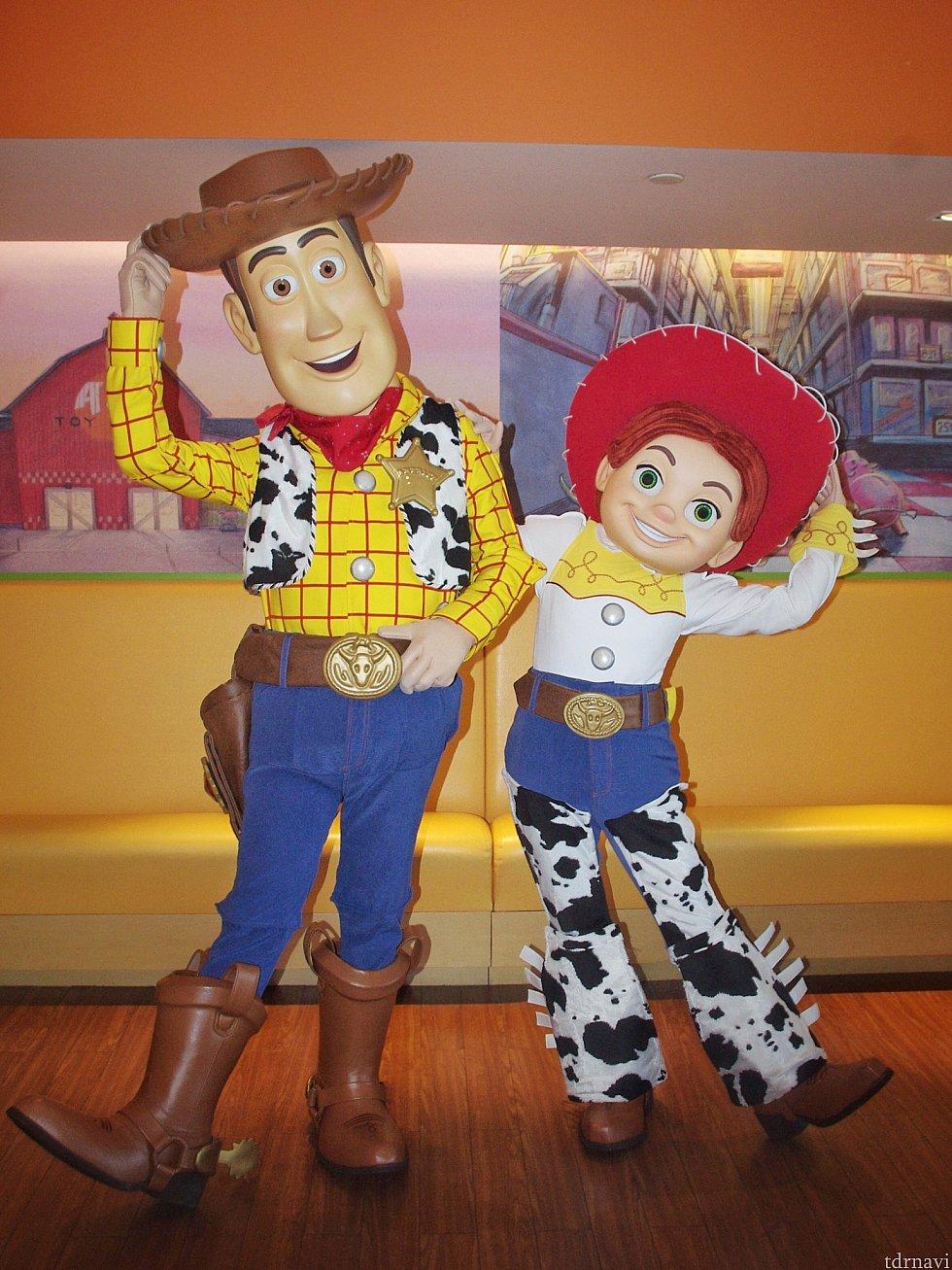 ウッディ&ジェシー!私が持っていたバズのぬいぐるみを見て、ウッディがジェシーをからかっていました(笑)