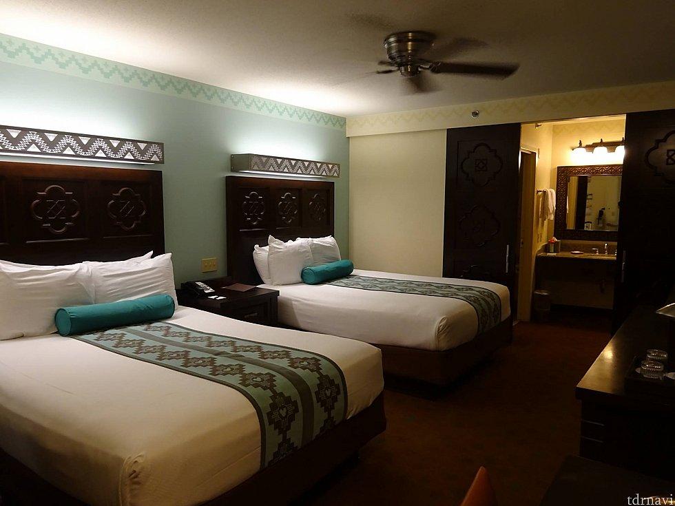 お部屋はこんな感じ!ディズニー感を前面に押し出さず、ところどころにあるミッキーモチーフを探すのが楽しい!ベッドもふかふかで寝坊してしまうくらい快適でした!