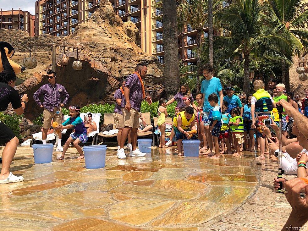 子ども達頑張ってバケツに水を移動してます♪
