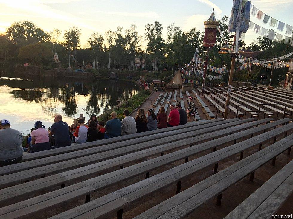 6時頃(ショー開始まで1時間15分)には既にゲストが席に座っていました。ただしファストパスエリアはまだまだ余裕があります。ファストパスには集合が6:35と書いてありました。