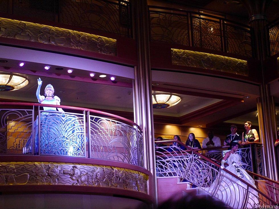 グリーティング開始前のキャラクター紹介。バルコニーは4階にあり、写真の右側に写っている階段から3階ロビーにキャラクターが降りてきます。